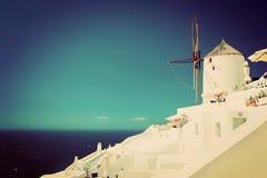 Cidade de Oia na ilha de Santorini, Grécia Moinhos de vento famosos Imagem de Stock