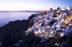 Cidade de Oia, Santorini, no crepúsculo Fotos de Stock