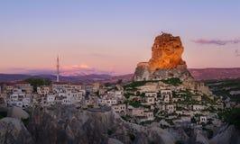 Cidade de Ortahisar no por do sol Cappadocia, província de Nevsehir Turquia imagens de stock royalty free