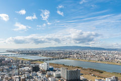 Cidade de Osaka e rio urbanos de Yodo da opinião do telhado japão Imagens de Stock