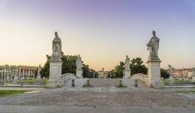 Cidade de Pádua na noite com sol do por do sol e esculturas famosas Foto de Stock