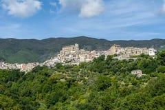 Cidade de pedra pequena velha no clif em Calabria em Itália fotografia de stock