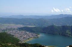 Cidade de Pokhara e de lago Fewa foto de stock royalty free