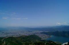 Cidade de Pokhara e de lago Fewa fotografia de stock