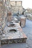A cidade de Pompeii enterrou sob uma camada de cinza pelo vulcão o Monte Vesúvio Snack bar fotografia de stock royalty free
