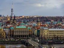 A cidade de Praga e o panorama do castelo fotos de stock royalty free