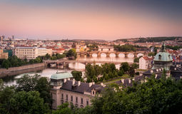 Cidade de Praga no por do sol imagens de stock