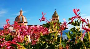 A cidade de Praiano na costa de Amalfi de Itália fotos de stock royalty free