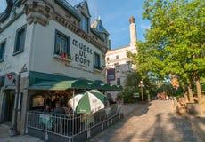 CIDADE DE QUEBEC, CANADÁ - 20 DE JULHO DE 2008: Os turistas apreciam ruas da cidade Fotografia de Stock Royalty Free