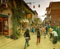 CIDADE DE QUEBEC, CANADÁ - 20 DE JULHO DE 2008: Os turistas apreciam ruas da cidade Fotos de Stock
