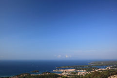 Cidade de Rab vista do pico de Kamenjak Foto de Stock Royalty Free
