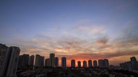 Cidade de Ribeirao Preto em Sao Paulo, Brasil Região de Joao Fiusa Avenue no dia do por do sol fotos de stock