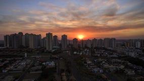 Cidade de Ribeirao Preto em Sao Paulo, Brasil Região de Joao Fiusa Avenue no dia do por do sol Imagem de Stock Royalty Free