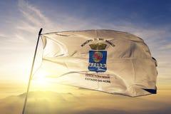 Cidade de Rio Branco da tela de pano de matéria têxtil da bandeira de Brasil que acena na névoa superior da névoa do nascer do so ilustração stock