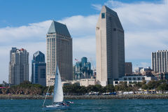 Cidade de San Diego com hotéis, construções, veleiro, baía Fotografia de Stock