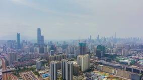 Cidade de Shenzhen em Sunny Day Distrito de Luohu e de Futian Guangdong, China Silhueta do homem de neg?cio Cowering video estoque