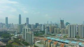 Cidade de Shenzhen em Sunny Day Distrito urbano de Luohu e de Futian Guangdong, China Silhueta do homem de neg?cio Cowering filme