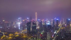 Cidade de Shenzhen na noite Distrito urbano de Futian Guangdong, China Silhueta do homem de neg?cio Cowering vídeos de arquivo