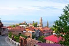 Cidade de Sighnaghi do amor na região de Geórgia, de Kakheti, em telhados vermelhos das casas e em torres do tijolo da catedral e foto de stock