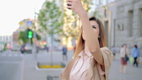 Cidade de sorriso da construção da mulher do passatempo móvel da foto video estoque