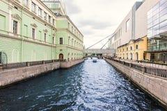 A cidade de St Petersburg, Rússia Terraplenagem do canal n de Krukov fotografia de stock royalty free