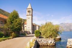 Cidade de Sunny Mediterranean Montenegro, mar de adriático, baía de Kotor Vista da cidade antiga de Stoliv foto de stock royalty free