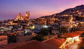 Cidade de Taxco da opinião da noite, México imagem de stock