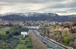 Cidade de Tehran e de suas estradas e skyline na frente das montanhas de Alborz Foto de Stock