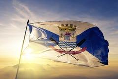 Cidade de Teresina da tela de pano de matéria têxtil da bandeira de Brasil que acena na névoa superior da névoa do nascer do sol fotografia de stock