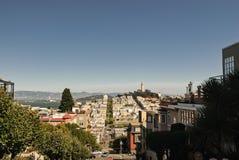 Cidade de Torre de Coit e de San Francisco como vista da interseção do Lombard & do Hyde Street foto de stock