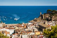 A cidade de Tossa de Mar e da vista no mar e no porto Cidade bonita em Catalonia com a cidade velha histórica, Espanha fotos de stock