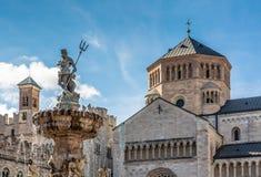 Cidade de Trento: quadrado principal Piazza Duomo, com torre de pulso de disparo e a fonte barroco atrasada de Netuno Cidade em T fotos de stock royalty free