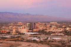 A cidade de Tucson no crepúsculo Fotografia de Stock