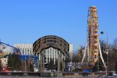 Cidade de Tyumen e russo Sibéria Nascer do sol no parque de diversões Foto de Stock Royalty Free