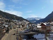 Cidade de Val Gardena- em cumes de Tirol, Itália imagens de stock