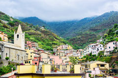 Cidade de Vernazza na opinião do terre de Cinque de cima de sob o patrimônio mundial do UNESCO Fundo bonito da montanha e do mar  Fotos de Stock Royalty Free