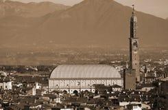 Cidade de Vicenza na região de Vêneto com névoa e efeito tonificado sepia fotos de stock royalty free