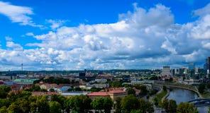 Cidade de Vilnius e opinião superior de nuvens fotografia de stock royalty free
