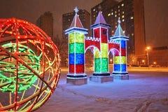 Cidade decorada pelos feriados-stunningly do ano novo bonitos A iluminação incandesce fotos de stock royalty free