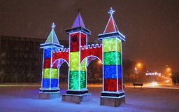 Cidade decorada pelos feriados-stunningly do ano novo bonitos A iluminação incandesce fotos de stock