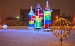 Cidade decorada pelos feriados-stunningly do ano novo bonitos A iluminação incandesce imagem de stock royalty free