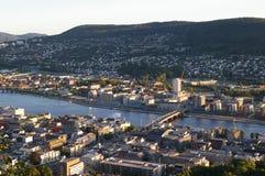 Cidade dividida por um rio Imagem de Stock Royalty Free