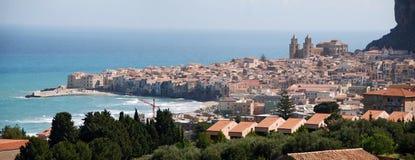 A cidade do beira-mar de Cefalu Imagens de Stock Royalty Free