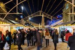 Cidade do centro de Bucareste do mercado do Natal na noite no quadrado da universidade Fotografia de Stock Royalty Free