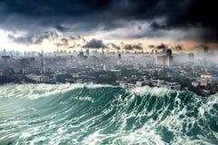Cidade do desastre da natureza destruída por ondas do tsunami fotografia de stock