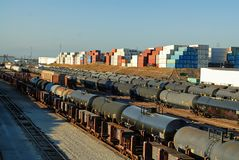 Cidade do Grunge, Wilmington, Califórnia, onde as trilhas da estrada de ferro encontram os campos do armazenamento de óleo e o po fotos de stock royalty free