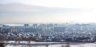 Cidade do inverno do panorama na neve fotos de stock royalty free