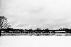 Cidade do inverno pelo lago Fotografia de Stock