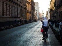 Cidade do México, México - 14 de janeiro 2018: Homem que monta uma bicicleta em t Fotos de Stock Royalty Free