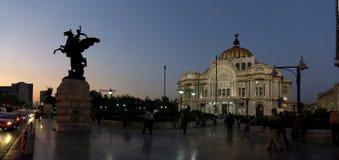 Cidade do México, México - 2011: Palacio de Bellas Artes ( Palácio de Arts&#x29 fino; na noite fotografia de stock